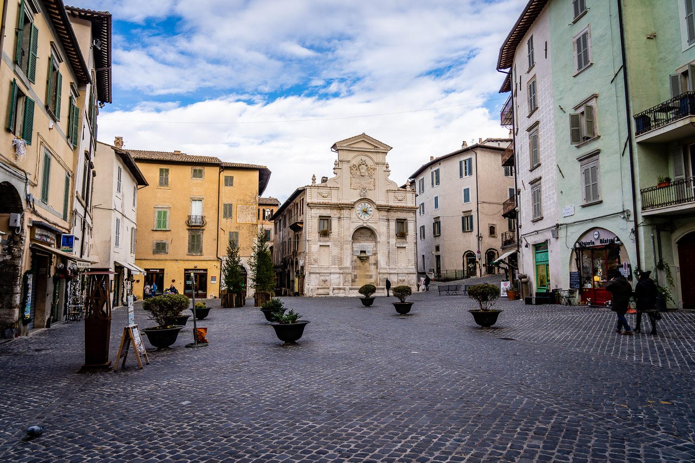 Spoleto fontana e Piazza del Mercato