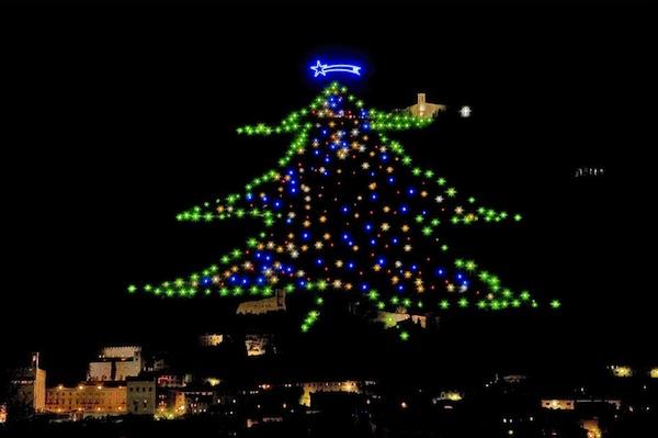 Albero Di Natale Gubbio.Tutto Pronto Per L Accensione Dell Albero Di Natale Piu Grande Del